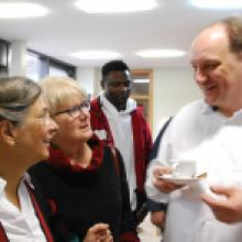 2019 Der 3.Februar, anschließendes Beisammensein, hier im Austausch mit Pfarrerin Mechthild Falk und Gemeindemitgliedern