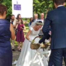 2019 Sommer Beliebter Trau- und Holzsägeort: Die Klosterkirche bei Leuten mit Heiratsabsichten und Hochzeitsgästen mit Humor